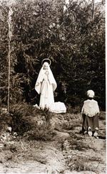 Foto: straatversiering: Onze-Lieve-Vrouw Maagd der Armen, Kempische Poort - Demerstraat (?) (Virga Jessefeesten, Hasselt, 1947)