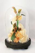 Synthetisch bloemstuk onder glazen stolp