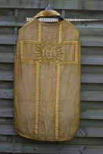 Kazuifel, twee dalmatieken, een koorkap, twee stola's en twee manipels
