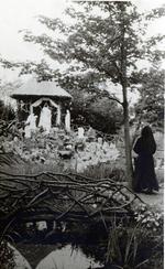 Foto: straatversiering: Onze-Lieve-Vrouw Virga Jesse en het Heilig Treesken, Maastrichtersteenweg (Virga Jessefeesten, Hasselt, 1947)