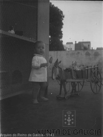 Retrato: neno con carro e burro de xoguete