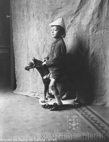 Retrato: neno nun cabalo de cartón
