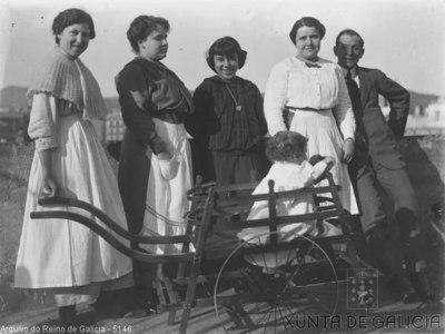 Retrato: grupo con nena nun carriño