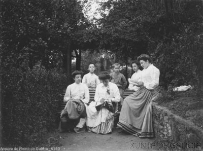 Retrato: grupo de persoas nun xardín