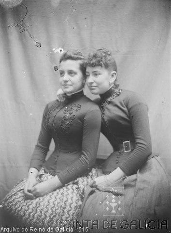 Retrato: dúas mulleres sentadas