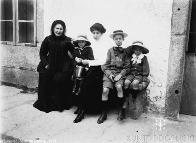 Retrato: dúas mulleres con tres nenos