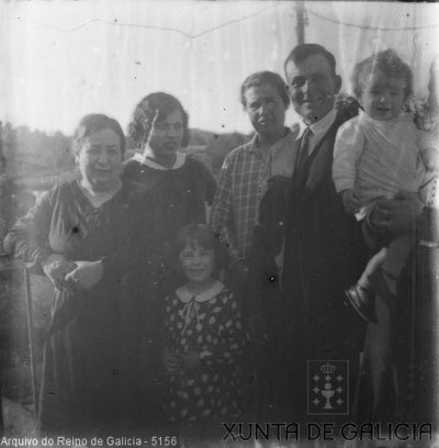 Retrato: grupo con dúas nenas