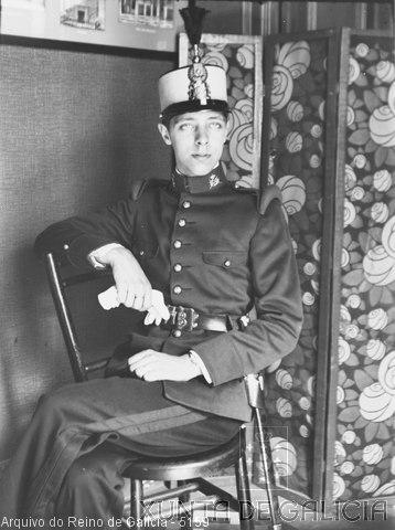 Retrato: militar con ros sentado