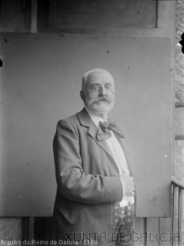Retrato: home con barba, gafas e lazo
