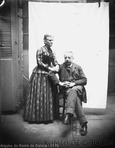 Retrato: muller de pé xunto a home sentado