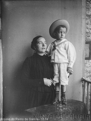 Retrato: muller con neno vestido de mariñeiro