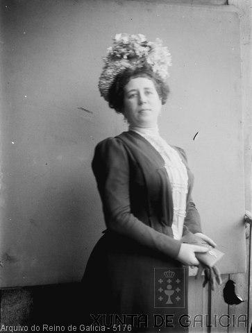 Retrato: muller con sombreiro e carteira