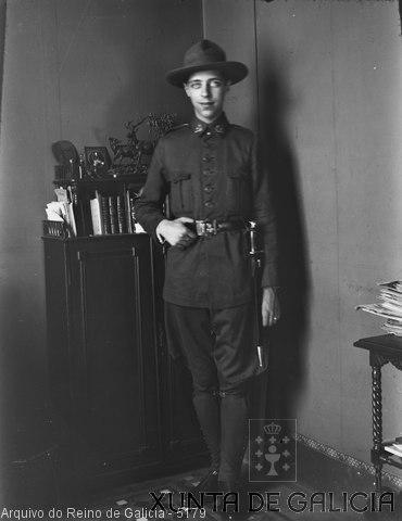 Retrato: militar con gorro e baioneta