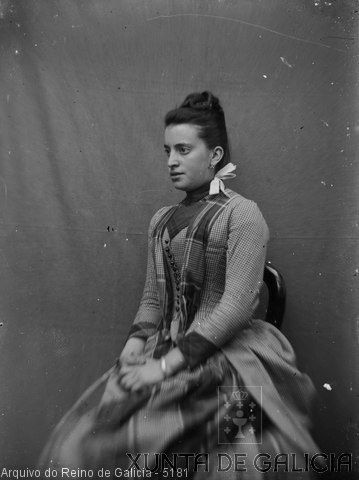 Retrato: muller sentada con lazo no colo