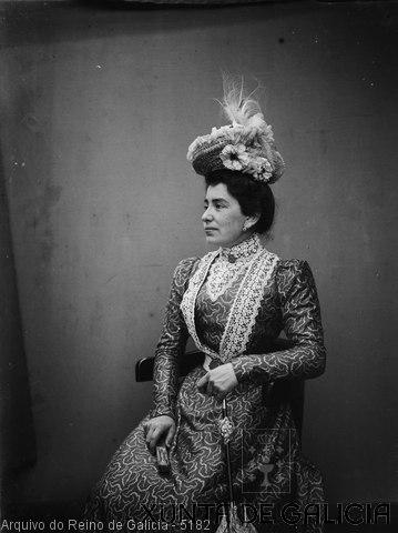 Retrato: muller sentada con sombreiro