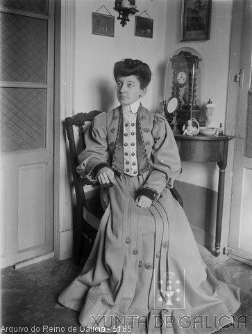 Retrato: muller sentada nun recuncho con reloxo detrás