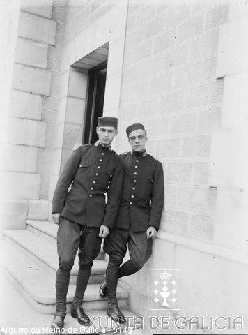 Retrato: dous militares á porta dun edificio