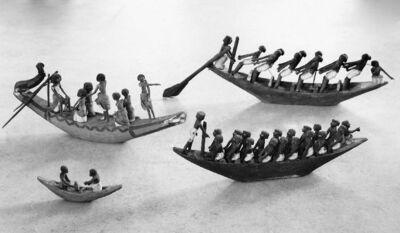 Model van een boot met dertien figuurtjes
