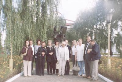 Seminarium polsko-białoruskie bibliotekarzy Bug nie dzieli (Brześć - Iwanowo ; 16-18 września 2004) - delegacja z Białej i Brześcia przed pomnikiem Naopleona Ordy w Iwanowie