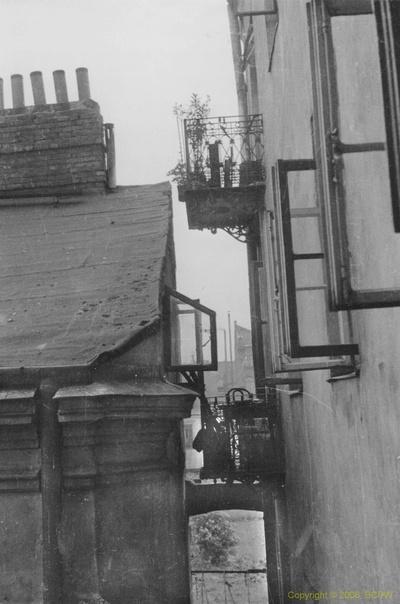 Stara zabudowa. Balkony i dachy domów. Warszawa
