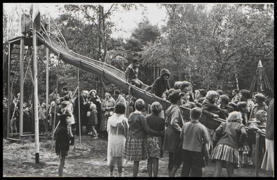 Op 3 september 1966 werd de glijbaan in gebruik genomen. Mevrouw H. Veder-Smit, wethouder van Zeist, knipte het lint door, dat de toegang tot de glijbaan afsloot. De glijbaan werd gemaakt door vele ouders uit Den Dolder, die hun vrije tijd daarvoor beschikbaar hadden gesteld. Op de achtergrond de wethouder mevrouw Veder-Smit l(met hoed), naast haar het raadslid mevrouw Inden-Reiss.