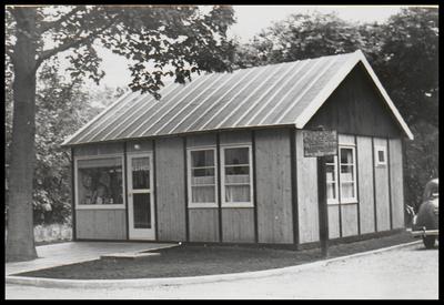 Omdat de vorige kapper in Den Dolder emigreerde, kwam de buurtschap Den Dolder oznder kapper te zitten. Voor J. Vos, mr. H. Marsmanstraat 34, Zeist, was het aanleiding een tijdelijke kapsalon te openen aan de Dolderseweg, op het perceel sec. K, nr. 399.