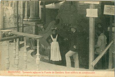 [Mondariz-Balneario]. Mondariz. Tomando agua en la Fuente de Gándara. Gran edificio en construcción