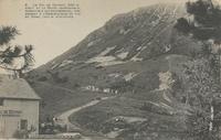 Le col de Ceyssat, 1000 m. d'alt[titude] et la route carrossable, accessible aux automobiles, conduisant à l'observatoire du Puy de Dôme, 1467 m. d'altitude.