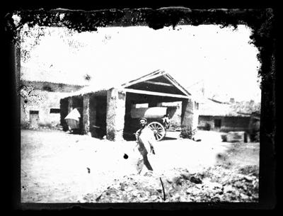 Hombre delante de una posada