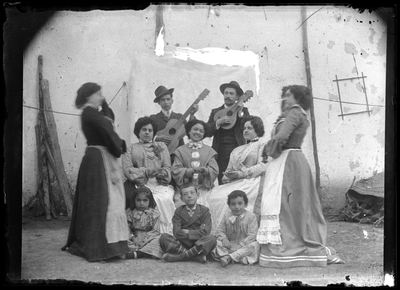 Retrato de grupo cantando y bailando