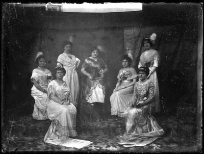 Retrato de señoras con trajes modernistas