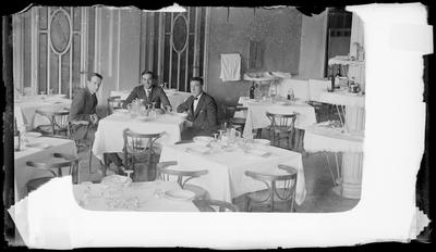 Retrato de tres caballeros en un restaurante