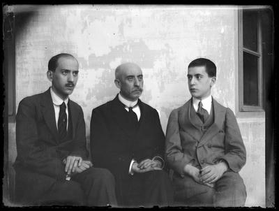 Retrato de tres caballeros sentados