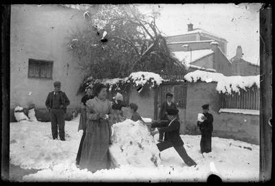 Retrato de grupo en jardín con nieve
