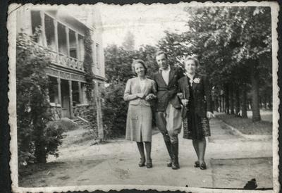 Portret trojga ludzi na spacerze