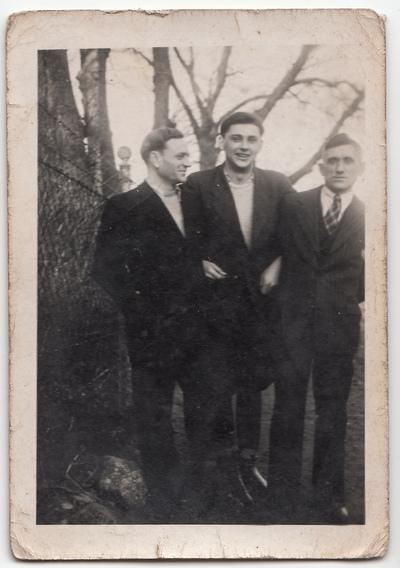 Portret trzech mężczyzn w plenerze