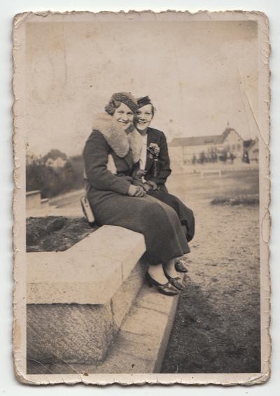 Portret dwóch kobiet w plenerze