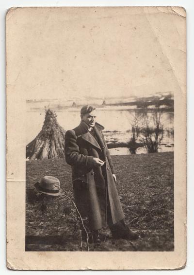Portret mężczyzny w plenerze