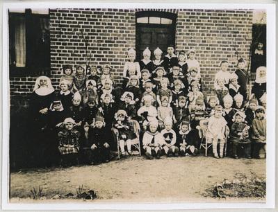 Portret zbiorowy podopiecznych ochronki (przedszkola) w Łągu