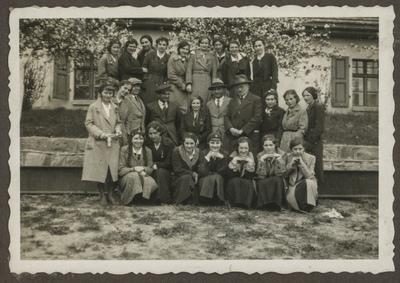 Portret grupy gimnazjalistek z nauczycielami
