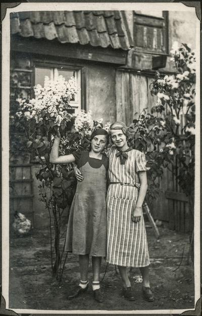 Portret dwóch obejmujących się dziewcząt
