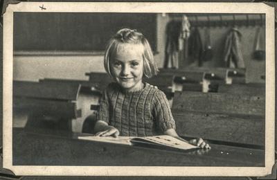 Portret dziewczynki siedzącej w szkolnej ławce