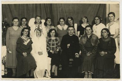 Portret zbiorowy dziewcząt ze Stowarzyszenia Katolickiego przy parafii Świętej Trójcy w Kościerzynie
