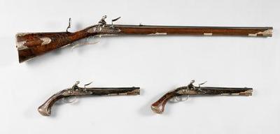 Steinschlossbüchse und Steinschloßpistolenpaar