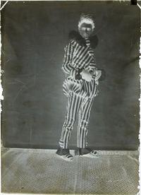 Fotografia d'estudi d'un jove disfressat d'arlequí