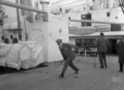 man, M/S Kungsholm, spel, passagerarfartyg, fartyg, män, shuffle board, shuffleboard, Svenska Amerika Linien