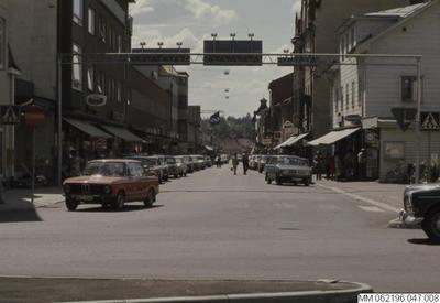 dalarna, människa, trafik, butiker, människor, vägskyltar, bil, affärer, bilar, affär, butik, 1970-tal, personer, person, vägkylt, fordon