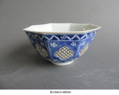 Octogonal bowl with openwork decoration