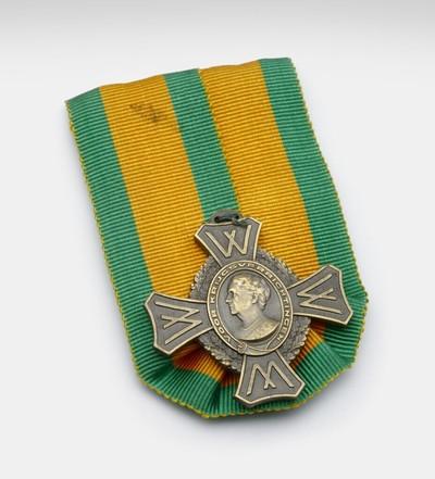 Medaille met het portret van Wilhelmina op een oranje-groen lint. Het portret van Wilhelmina zit in een ovaal medaillon met eromheen de tekst 'Bijzondere krijgsverrichtingen' en daaromheen een lauwerkrant. Aan elke zijde van de medaille een trapezium-vormig uitsteekstel met de letter W.# Op de achterkant van het lint de vermelding: Fa. A. Tack Breda, achterop de medaille: Kon. Begeer Voorschoten. # Op 10 juni 1947 bij Koninklijk Besluit ingestelde onderscheiding voor degenen die sinds 10 mei 1940 ten minste 6 maanden bij de strijdkrachten, de koopvaardij of de burgerluchtvaart hadden gediend.