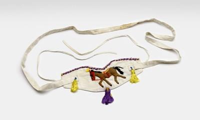 Wit katoenen kindertuigje met op de voorzijde applicatiewerk, voorstellend een paardje. Drie kwastjes en een paarse bies (bovenaan) completeren het geheel.